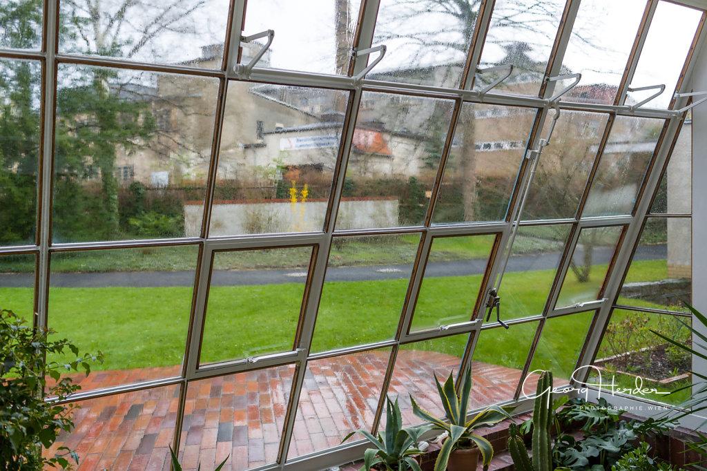 Blick durch den Wintergarten auf die Fabrik